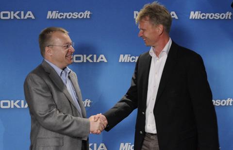 Microsoftビジネス部門担当社長Stephen Elop氏とNokia上級副社長Kai Oistamo氏が握手